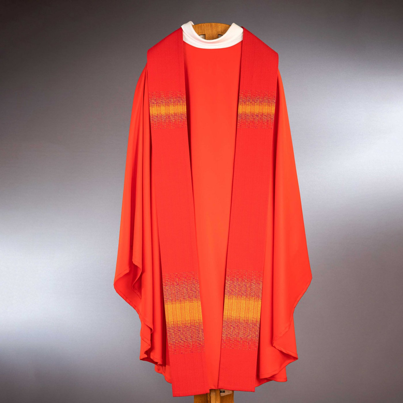 Chasuble rouge avec étole laine fine tissée main